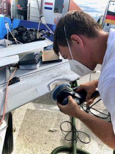 Daniel beim Reparieren
